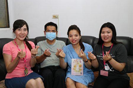 左一為越南語通譯員,右一為護理師。