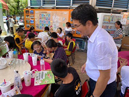 劉建國和弱勢孩子一起參與戶外活動。