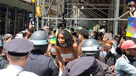 支持BLM的非裔市民以言语挑衅纽约市警察。