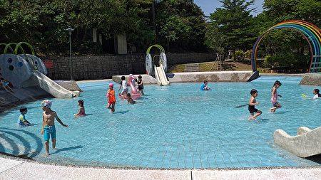 消暑凉快的暖暖亲水公园。
