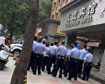7月24日,中共公安武警包围、监视美国驻成都总领事馆。(网传图片)
