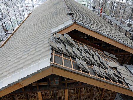 潭子國小日式校舍屋頂呈現四坡水形式,框架採用斜撐,加上軸組結點增加鐵件補強,提升整體結構的抗震力,是日據時期常用的傳統作法。