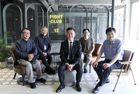 新竹市長林智堅(中)參觀在校園美感設計實踐計畫中,獲得注目的交大十二舍交誼廳。