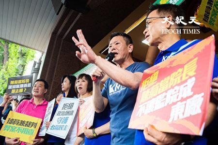 """国民党立委3日在立法院召开记者会,手举标语、高喊""""灭东厂、撤陈菊、废考监""""等口号,并将立法院正门出入口挡住。"""