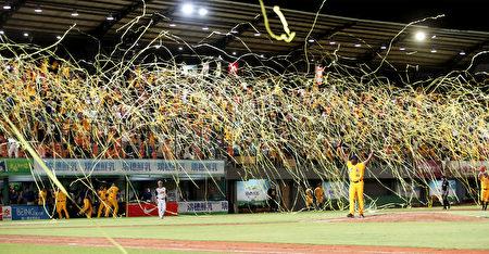 中信兄弟14日成功拋下黃色封王彩帶,奪得隊史第16座季冠軍。