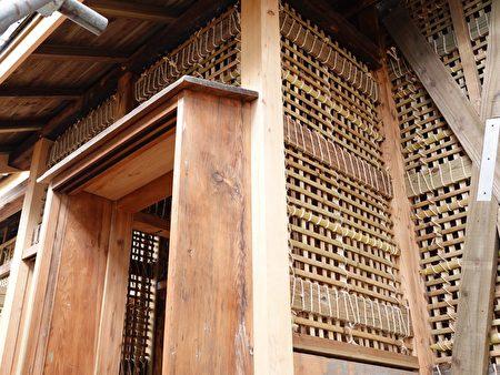 潭子國小日式校舍建築形式是傳統日式建築,真壁式牆體以編竹夾泥而成,外裝雨淋板。