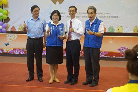 縣長張麗善(左二)頒發感謝狀給前國教署長也是雲林四湖子弟的現任北市大教授吳清山(右二)。