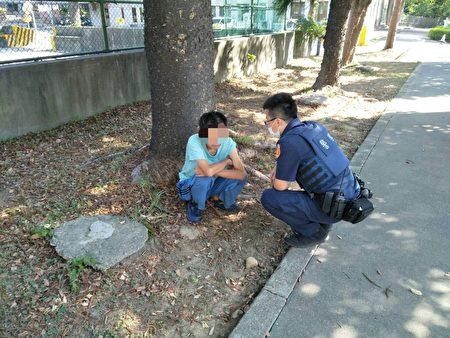 宋屋派出所員警李仲修及蕭建昌巡邏經過,一眼就察覺到蹲在樹下的侯男神色有異,上前詢問。