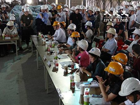 台北市议会工务委员会共16名委员7日下午赶在大巨蛋复工前再度前往考察。