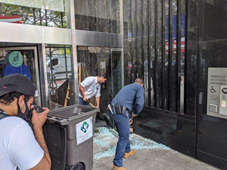 支持BLM的民众将百老汇250号的市议会办公楼一楼的玻璃门砸碎。