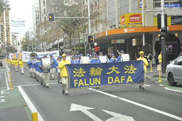 反迫害21年 纽法轮功学员游行纵穿奥市中心