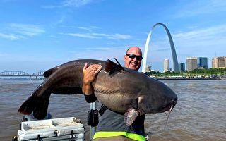 密苏里州男捕获超百斤蓝鲶鱼 随即放生