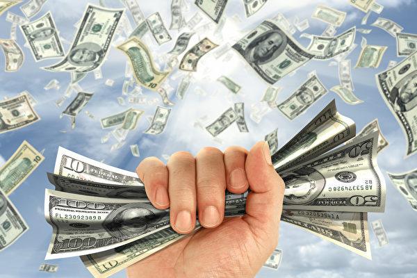 泰女中千万元彩券 租飞行伞撒钞票和金项链