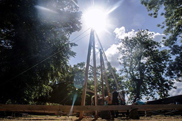 组图:无国界木匠模拟巴黎圣母院修复工程