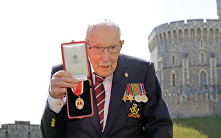 英國百歲二戰老兵為NHS募捐 被女王封爵