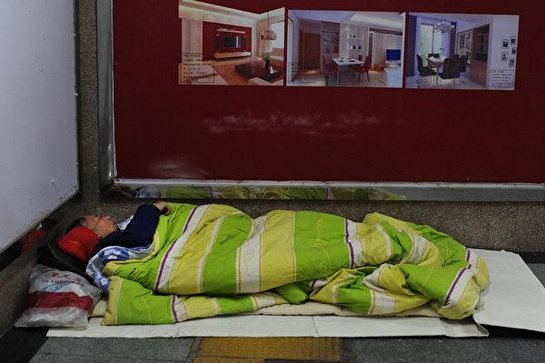 姚某某1994年毕业于北京理工大学,后因故精神失常,流落在上海街头长达十多年,图为资料图。(STR/AFP via Getty Images)
