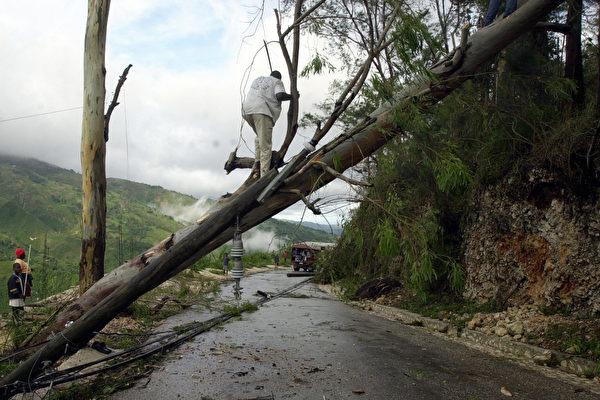 飓风汉娜重创德州南部 州长警告山洪危险