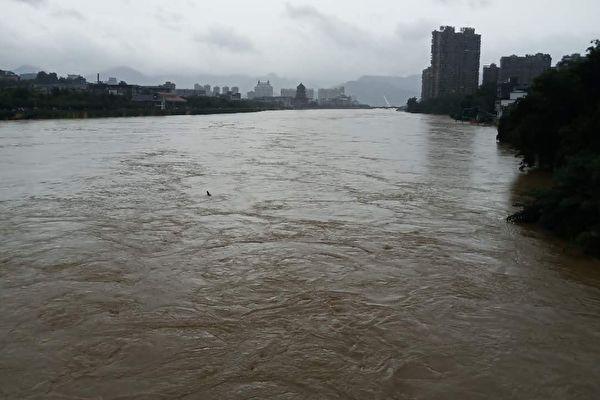 江西洪灾告急 至少两镇居民开始撤离
