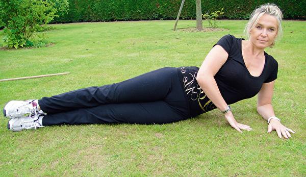 瘦大腿的側躺抬腿運動,步驟一。(采實文化提供)