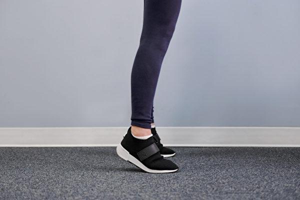 踮脚尖能消水肿、防骨松,是低成本高效益的简单运动。(健康1+1/大纪元)