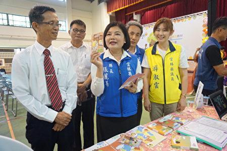 縣長張麗善展示多元活潑的品德教材。