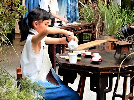茶席体验区老老少少们拾级而座,与小小司茶人一起凝神、沏茶、奉茶。