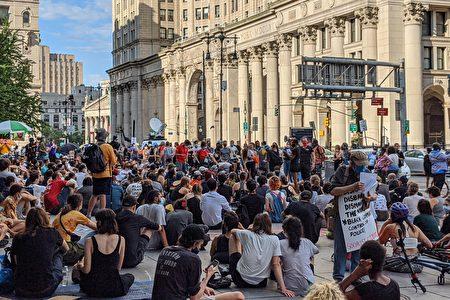 6月26日,支持BLM运动的民众占领纽约市政厅外空地,未遵守社交距离的防疫规定。