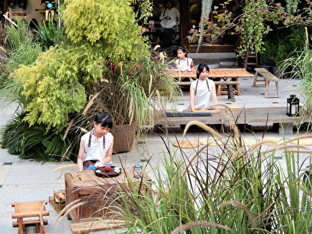 被蓝染、欉草围绕的茶席体验区,老老少少们拾级而座,与小小司茶人一起凝神、沏茶、奉茶。