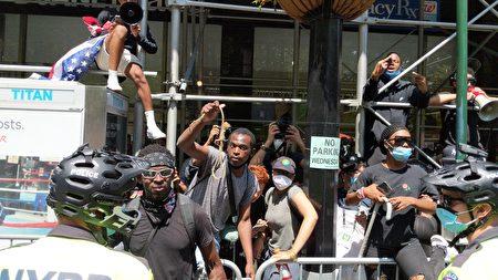支持BLM的非裔市民以绳索和言语挑衅纽约市警察。