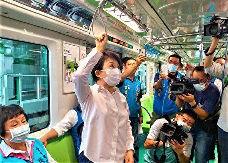 市長盧秀燕說車廂拉環設計靈活安全。
