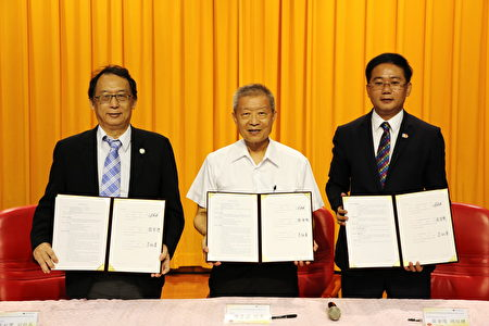 嘉大副校长朱纪实(左)、农科院院长陈建斌(中)与金翔生物科技股份有限公司总经理庄金陵(右)同签署技术授权后合影。