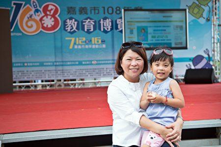 市长黄敏惠和小朋友合照(去年资料画面)。