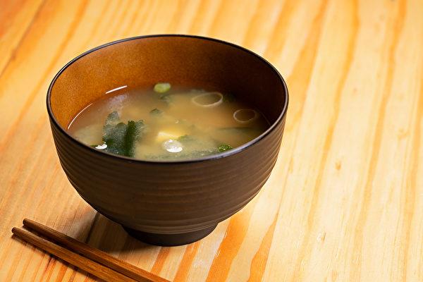 """""""长寿味增汤""""不仅有助延缓老化,还有平衡自律神经、改善疲劳、抗忧郁等益处。(Shutterstock)"""
