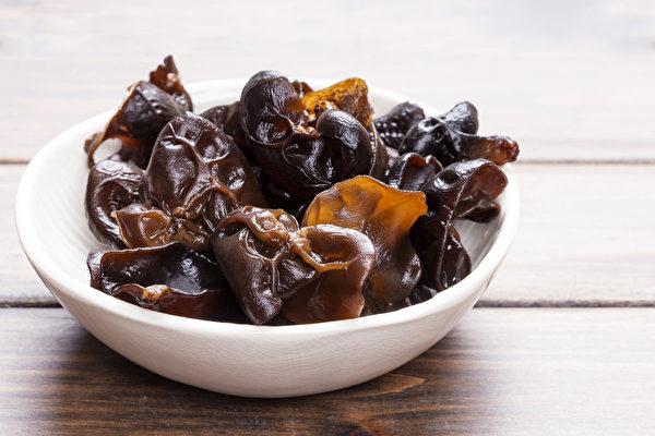 黑木耳較易有農藥問題,應先泡水清洗。(Shutterstock)