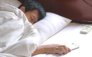 盖被子吹冷气,对身体好吗?(Shutterstock)