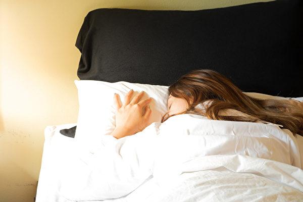 要想睡好不生病,你一定別做9件事。(Shutterstock)