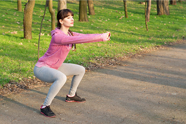 棒式运动和深蹲,哪一种更适合瘦小腹?(Shutterstock)