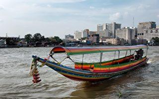 顾客在河中央 泰国外送员请人开船成功送餐