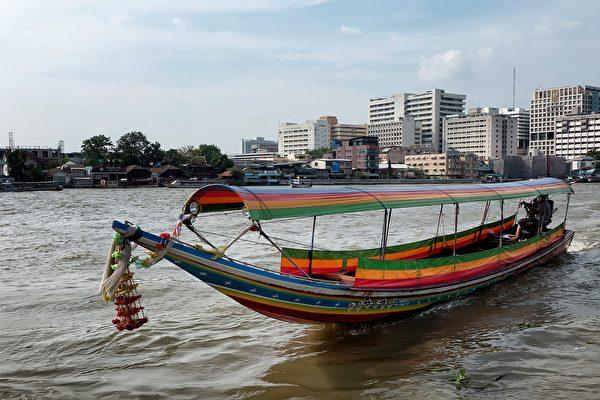 顧客在河中央 泰國外送員請人開船成功送餐