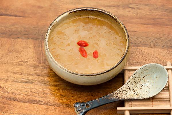 本篇介紹簡單天然的美白淡斑茶飲、湯飲和面膜。圖為白木耳湯。(Shutterstock)