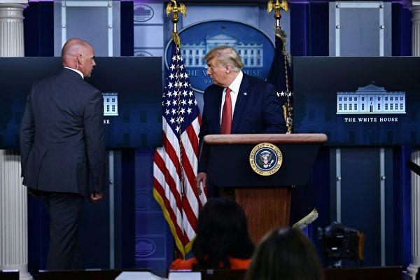 白宫外传枪声 川普短暂离开新闻会后返回