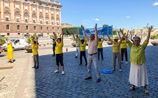 瑞典首都法轮功真相点 民众签名制止中共迫害