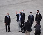 美國衛生部長艾薩(Alex Azar)(左2)率團訪台,專 機9日下午抵達台北松山機場,由外交部政務次長田中 光(左1)、衛福部疾病管制署署長周志浩(右2)、外 交部北美司司長徐佑典(右1)、AIT處長酈英傑(右3) 等人接機。艾薩下飛機後向現場媒體揮手致意。(中央社)