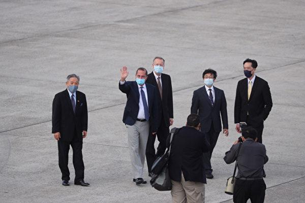 美国卫生部长阿扎尔率团抵达台湾