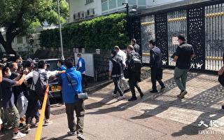 壹传媒创办人黎智英早上在律师陪同下,由探员带离何文田大宅。图为他离开时被戴上手扣。(梁珍/大纪元)