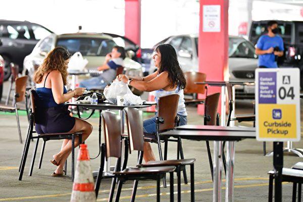 停车场变用餐区 洛杉矶餐馆疫情期间换新招