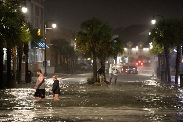 组图:飓风伊萨亚斯侵袭美国东岸