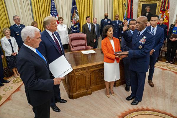 组图:彭斯主持布朗宣誓就职空军参谋长仪式