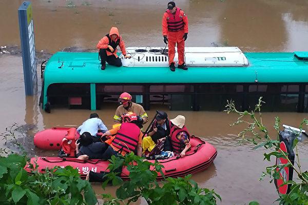 韩国恐经历史上最长雨季 至少26人已丧生