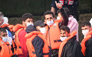 小船偷渡人数创纪录 英国政府想办法